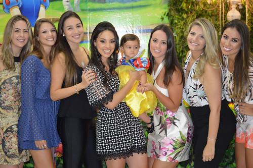 A aniversriante no colo de mamãe Ana Paula com  as amigas Lorena Bicalho, Carol Reis, Marina Suda, Hathane Rezende, Desiree e Roberta