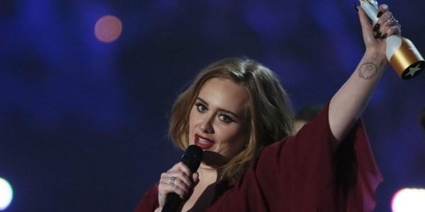 """Adele faz anúncio surpreendente em show: """"Vou ter outro bebê"""""""