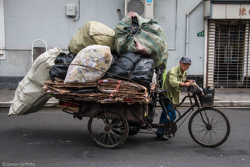 china street man simon bike bicycle alley shanghai... (Photo: SimonGriffiths on Flickr)