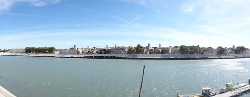 Devant le Rhône, vue sur la cité antique