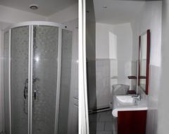 salle de bains moderne pratique avec rangements