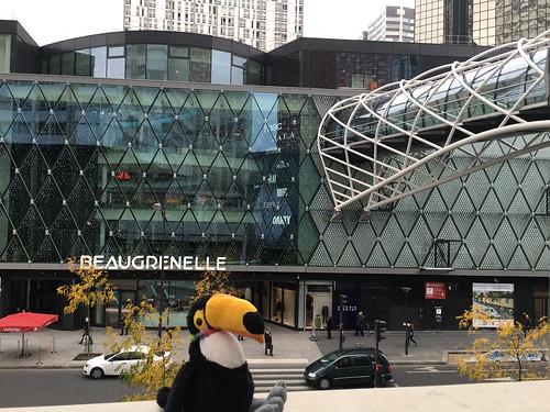 Voici le centre Beaugrenelle où il y a plein de magasins !