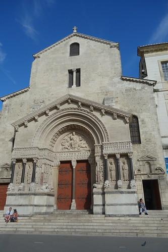 Juste à côté la cathédrale de St Trophime, dont la construction s'étala du XIIè au XVè S