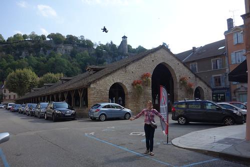 Devant la halle médiévale, qui date du XVème siècle.