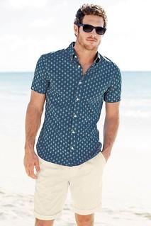 Camisa de botões com bermuda, só se for bem près du corps