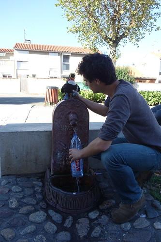 Au milieu de la place, une belle fontaine où Pelico se désaltère