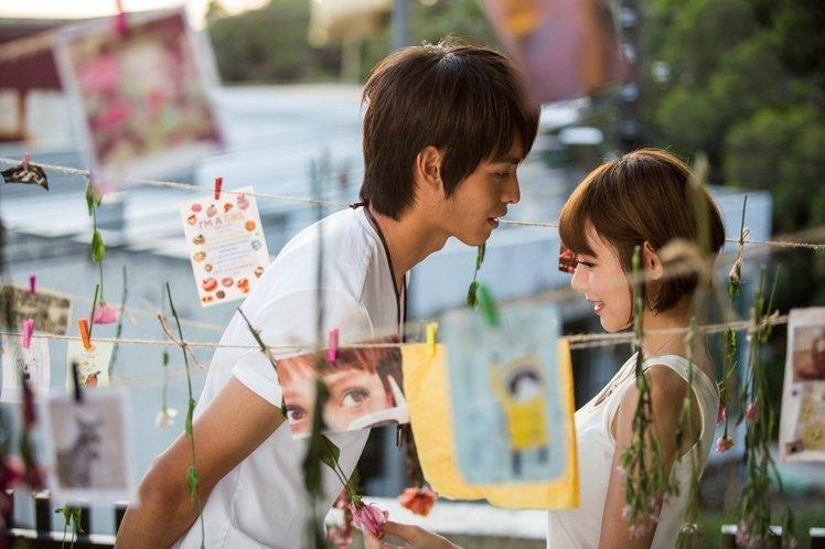 就去做去就吻_曹佑宁(左)作势要亲吻林明祯,让女生好害羞.图/种子音乐提供