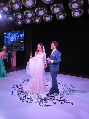Os noivos sobre o piso em emblema assinado pela Equipashow