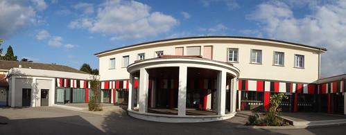 L'école a été rénovée et s'organise autour d'une rotonde