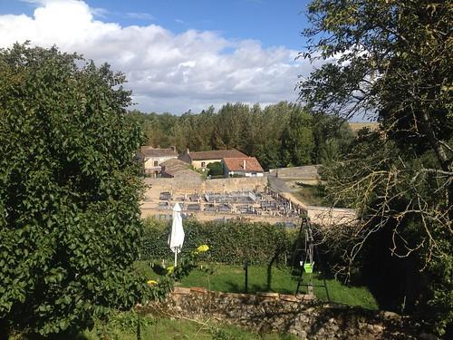 Une vue sur le cimetière du village