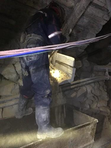 Les mineurs trient les pierres qui les intéressent directement dans la mine.