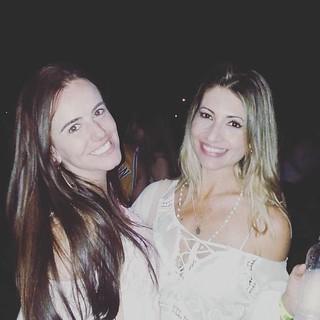A loura linda Dani Rezende e uma amiga
