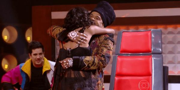"""Carlinhos Brown salva cantora com """"voz de homem"""" no """"The Voice"""""""
