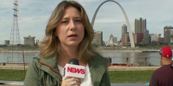 Repórter da GloboNews desabafa e solta palavrão ao vivo após fala de Trump