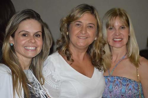 Kelly e Glória Cavaglieri ladeiam a primeira dama do Morro do Pilar, Maristela Beligoli