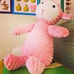 """Det här är Fluffy. Fluffy har flyttat in till min klass och bor hos oss under veckan. På torsdagar får Fluffy följa med någon elev hem över helgen. På måndagen får Fluffy och den av oss som haft Fluffy hemma berätta och visa vad man har gjort. #skola #duv <a style=""""margin-left:10px; font-size:0.8em;"""" href=""""http://www.flickr.com/photos/131645797@N05/30159721522/"""" target=""""_blank"""">@flickr</a>"""