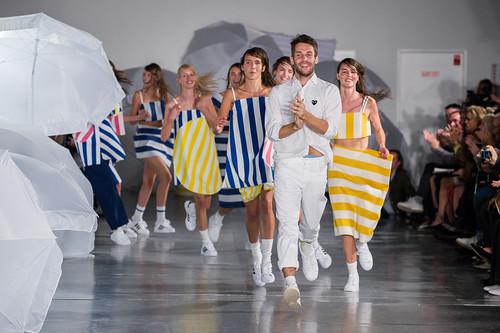 Simon Porte Jacquemus desfilando a coleção de verão 2015 de sua marca