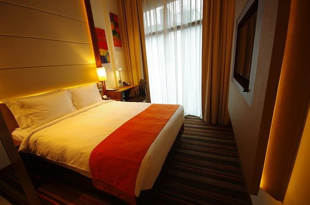 bedroom of holiday inn express singapore clarke quay