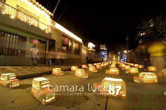 Imagen de Faroles en forma de Chivas Típicas en una calle de Quimbaya