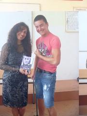 regalando mi poemario Esperanza traducido a Miroslav