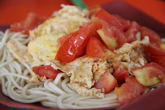 Noodles topped with egg and tomato