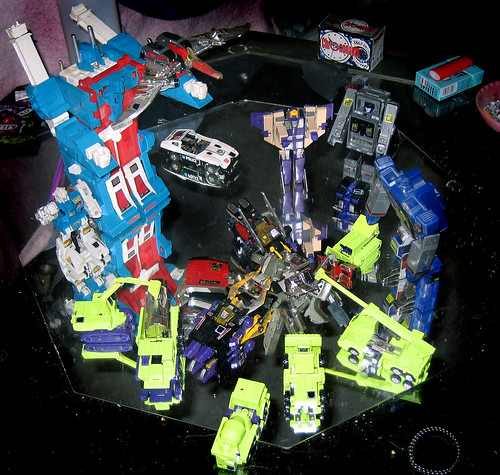 20110106 - Transformers - 7 - cleanup - Constructicons hauling away sad Megatron's chest - 0 - IMG_2616