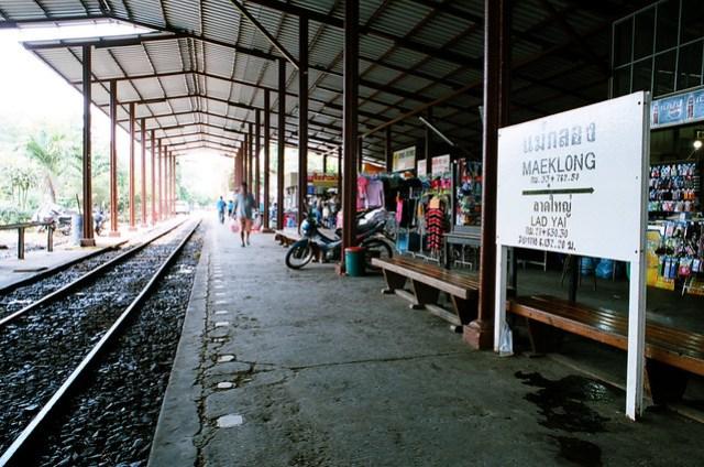 火車還沒來,車站也頗冷清