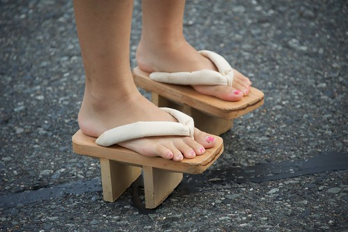 the new Japanese trend in shoes: Wooden Elevated Flip-Flops (geta, 下駄)