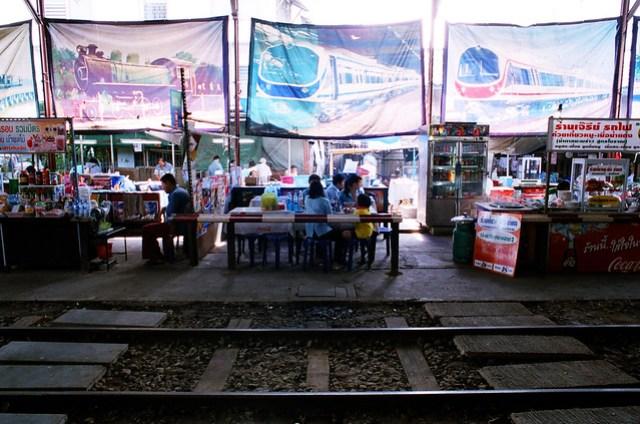 有點像路邊攤,就擺在車站裡面,上面還掛著各式火車的照片