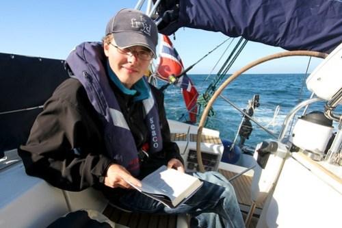 """Andreas leser ut siste bok vi har(nr 6), skrevet av Patrick O´brian (""""Master & Comandor"""")"""