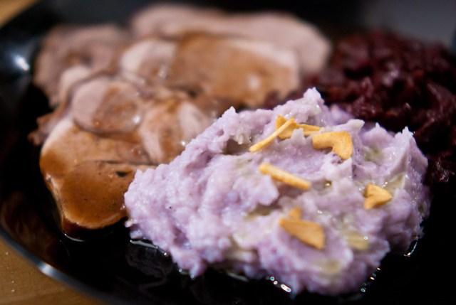 Funky paarse aardappelpuree met knoflookchips
