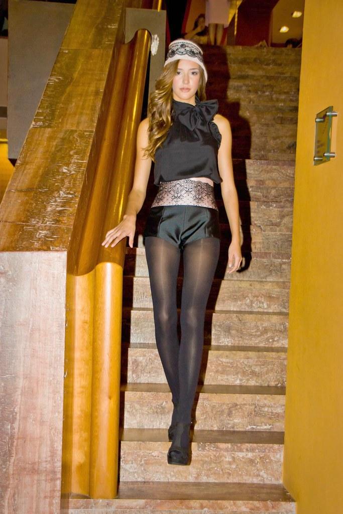 Modelo bajando escalera en la I Pasarela Meliá Bilbao