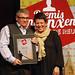 Jaume Massó amb el guardó entrega de la mà de Gemma Torrents