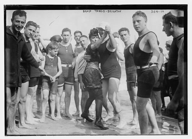 Bailarines de tango en la playa (Nueva York)