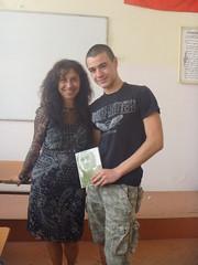 regalando mi poemario Esperanza traducido a Stoyan