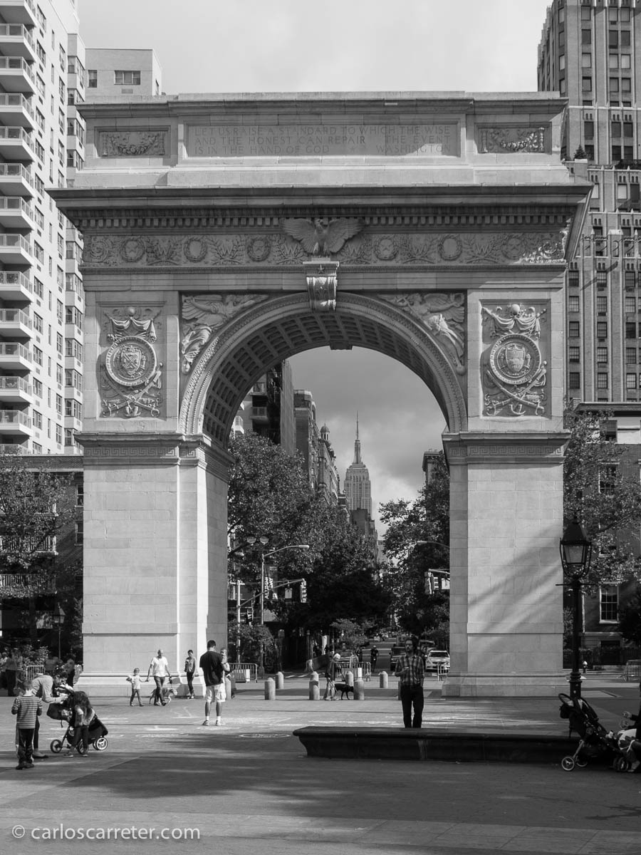 El Empire State alineado con el arco de Washington Square