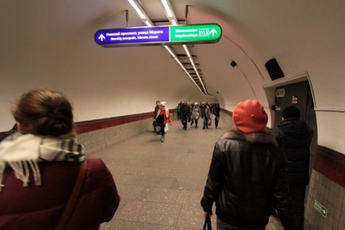 Still walking down the corridor towards Mayakovskaya (Маяко́вская) station on Line 3