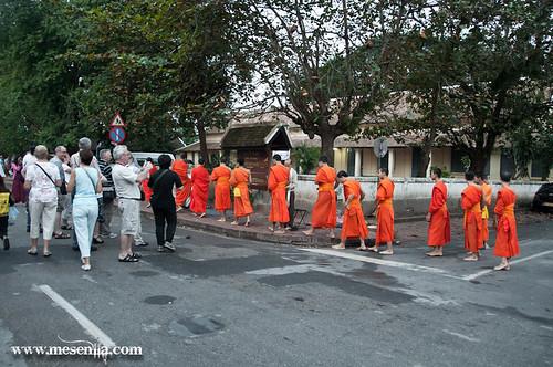 Monjos budistes fotografiats pel turisme