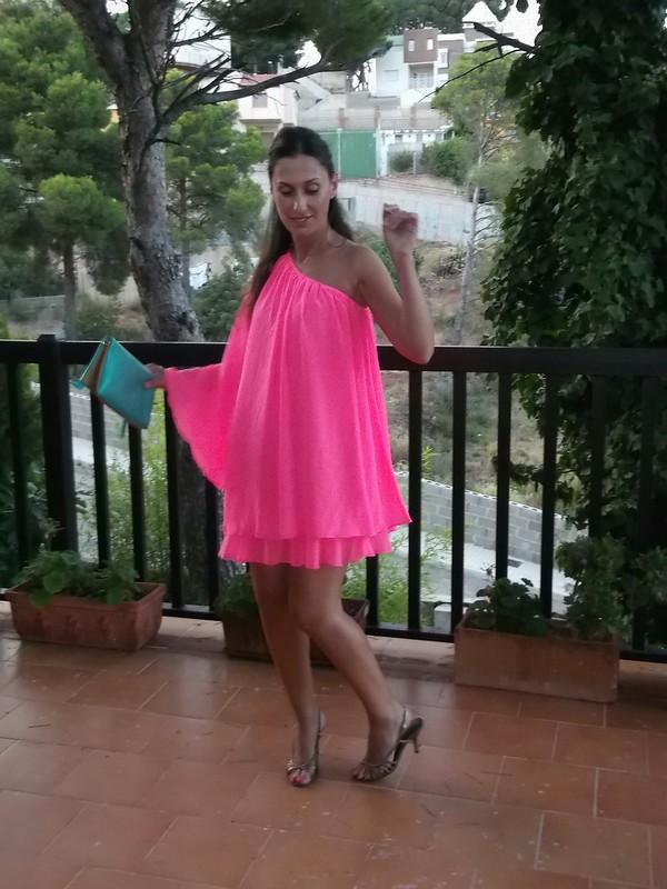vestido,  escote asimétrico,  rosa flúor,  sandalias doradas,  clutch, turquesa, dress, asymmetric neckline, fluorine pink, golden sandals,  turquoise