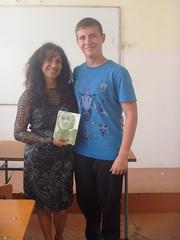 regalando a Jordan mi poemario Esperanza traducido al ingles
