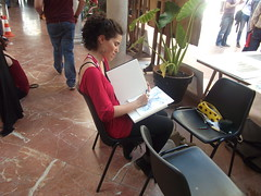Chica dibujando en la facultad de Bellas Artes