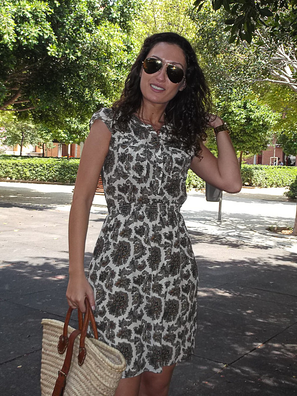 casual look, silk dress, Paisley, khaki green, wedges, wicker basinet, curly hair, Ray - Ban aviator, vestido de seda, verdes caqui, cuñas, capazo de mimbre, pelo rizado, gafas aviador
