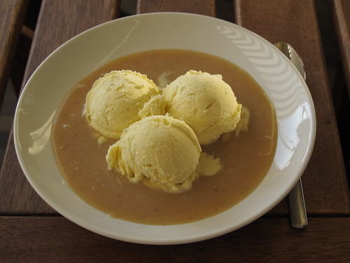 Vanilleeis mit Sonjas Butterscotchsauce