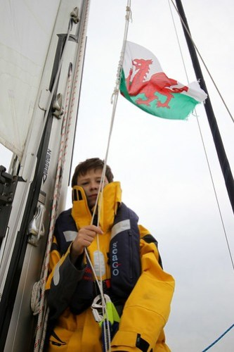Flagget må skiftes, 1. matrosen i full sving med et utslitt Wales-flagg