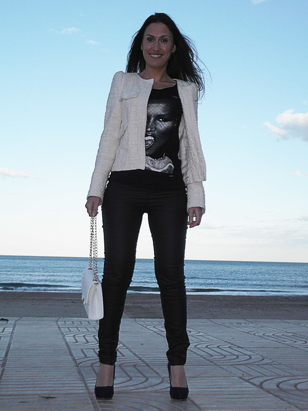 Camiseta face print, grace jones, pantalones piel negra, salones morados, pulsera cruz, neon, bolso acolchado balnco, tshirt, black leather pants, purple heels, cross bracelet, fluor, white cushion patterned bag