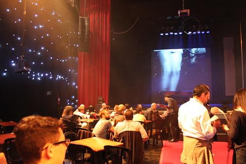 Vista del Teatro Quintero desde dentro. Podemos ver el escenario y las mesas donde el público se acomoda para tomar algo