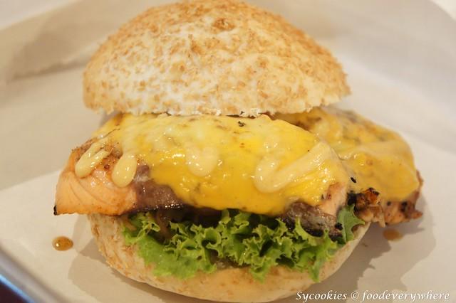 8.bighug-salmon burger (2)