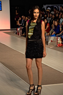 Texturized black mini skirt and sleeveless blouse - Intermoda Trends