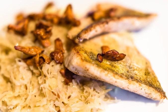 gebakken snoekbaars met cantharellen, zuurkool en aardappelpuree met gekonfijte knoflook