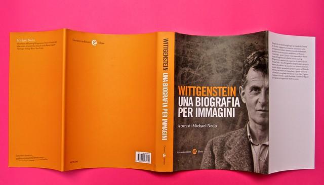 Michael Nedo (a cura di), Una biografia per immagini. Carocci 2013. Progetto grafico di Shoko Mugikura e Michael Nedo. Falcinelli & co. per l'ed. it. Totale verso di sovracoperta (part.) 1